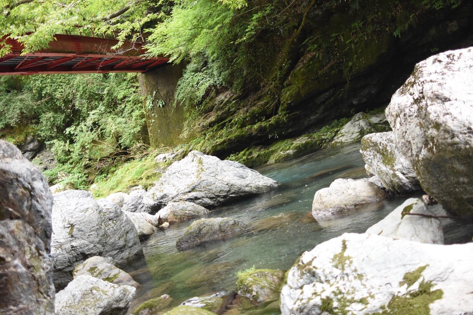 まさに秘境。千と千尋の神隠しのような穴場渓谷「岩屋川渓谷」