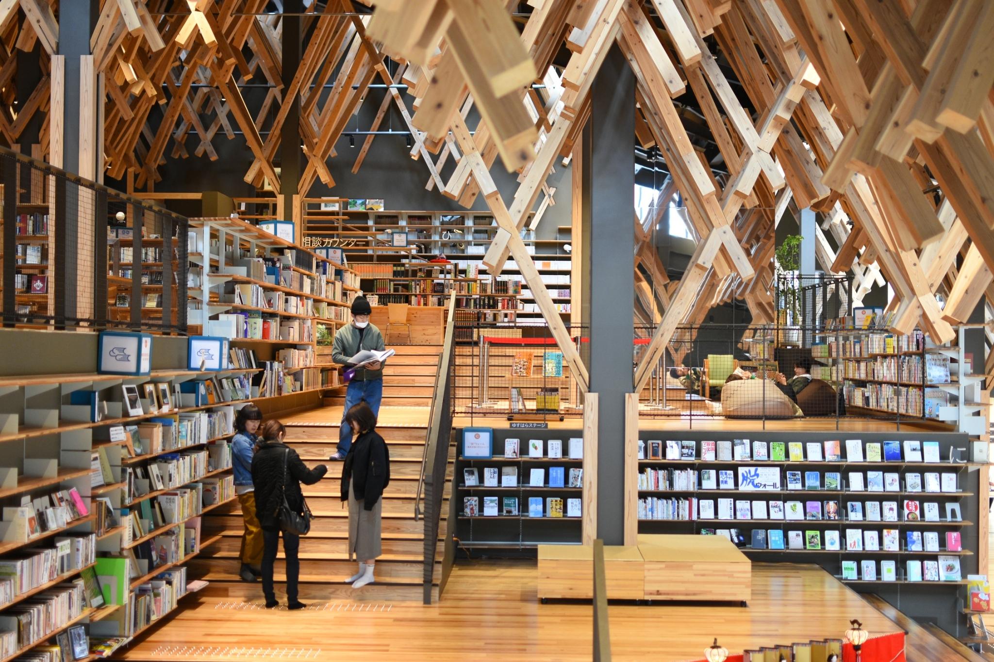 【ゆすはら雲の上の図書館】常識破りのユニーク図書館!組み木が織りなす非日常空間